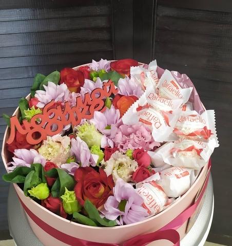Цветы в коробке с raffaello и топпером #21565