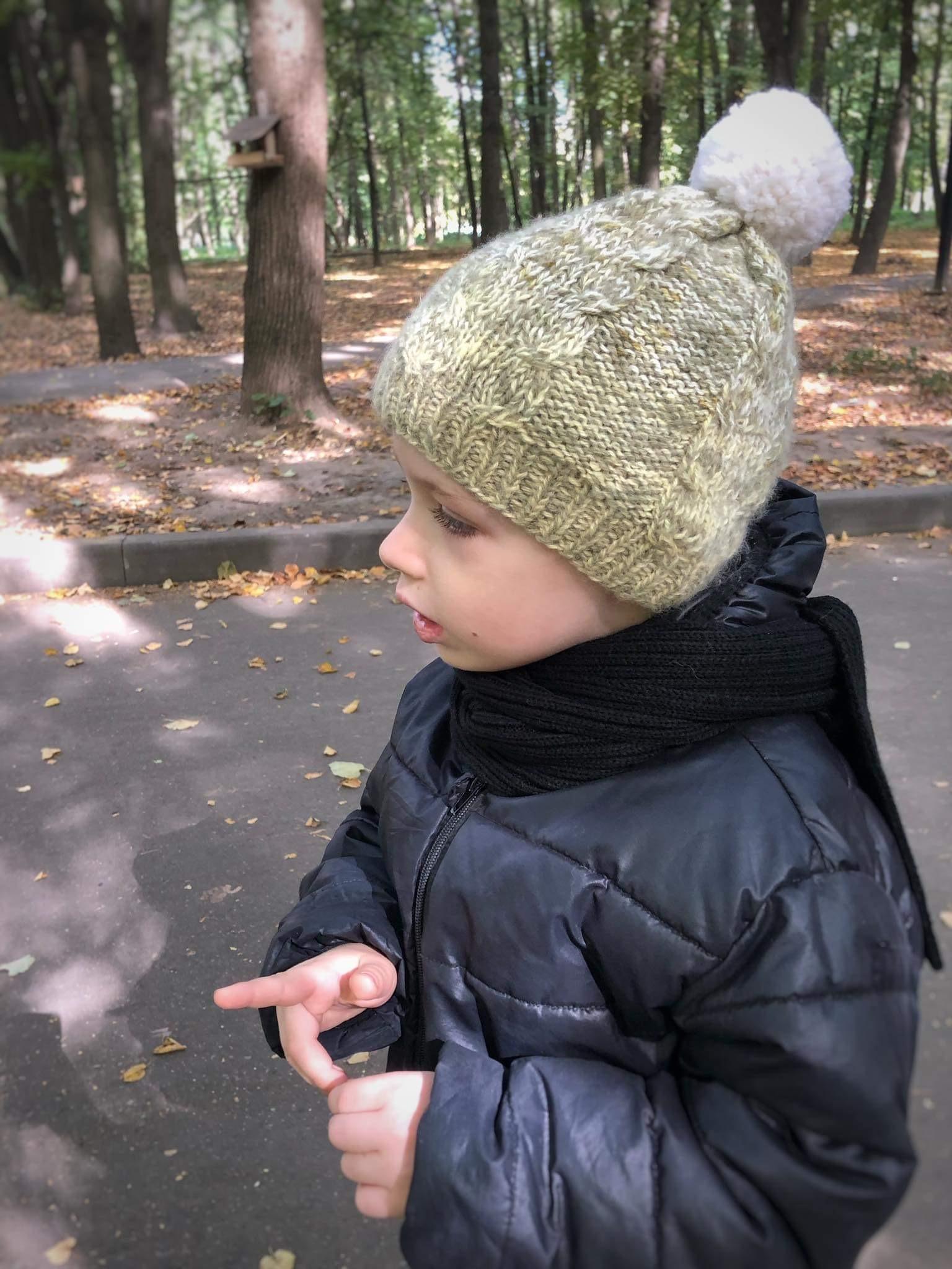 Вязаная детская шапочка из меланжевой ангоры ручной вязки