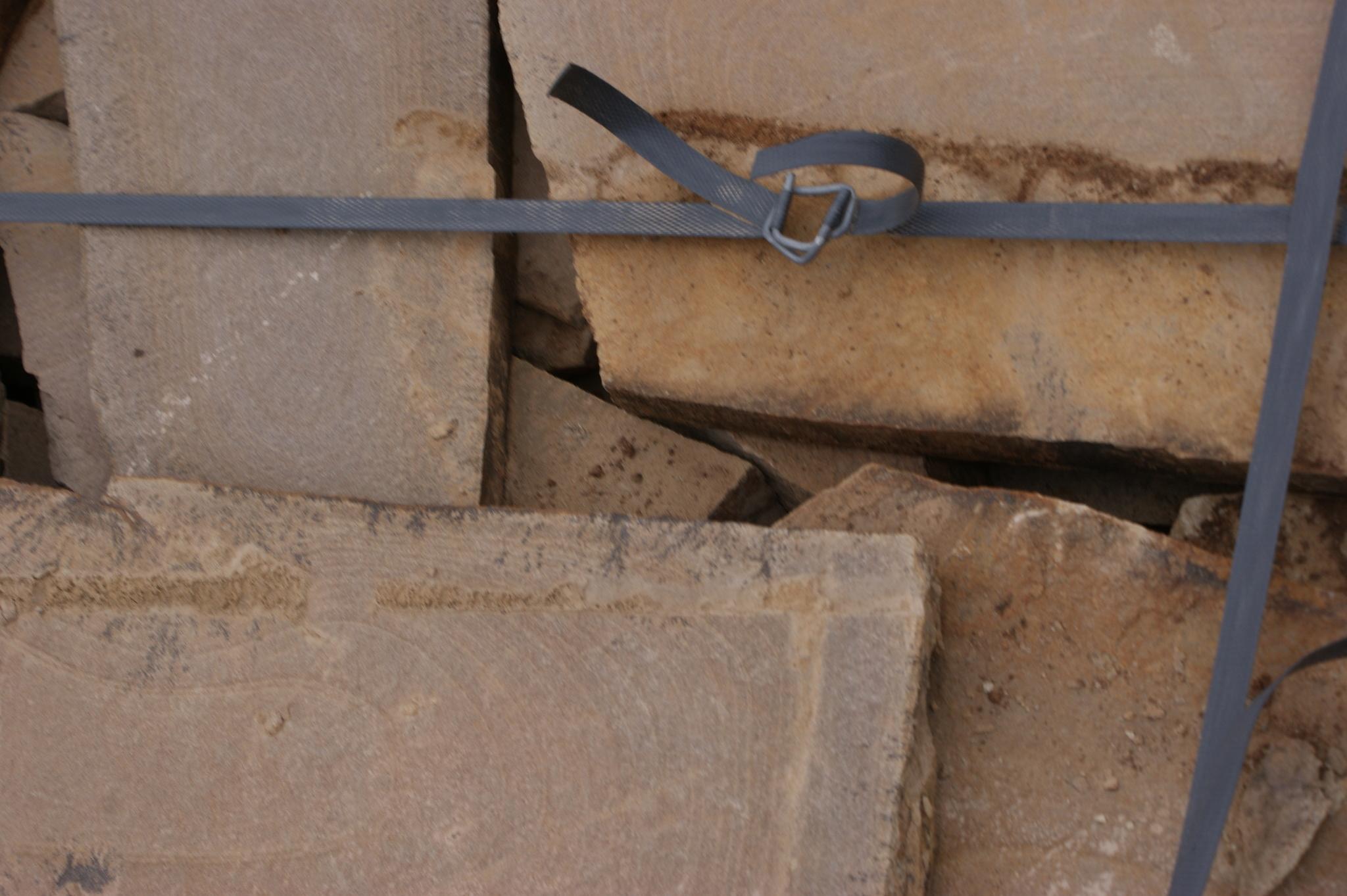 Песчаник плитняк Клён образец камня в тени
