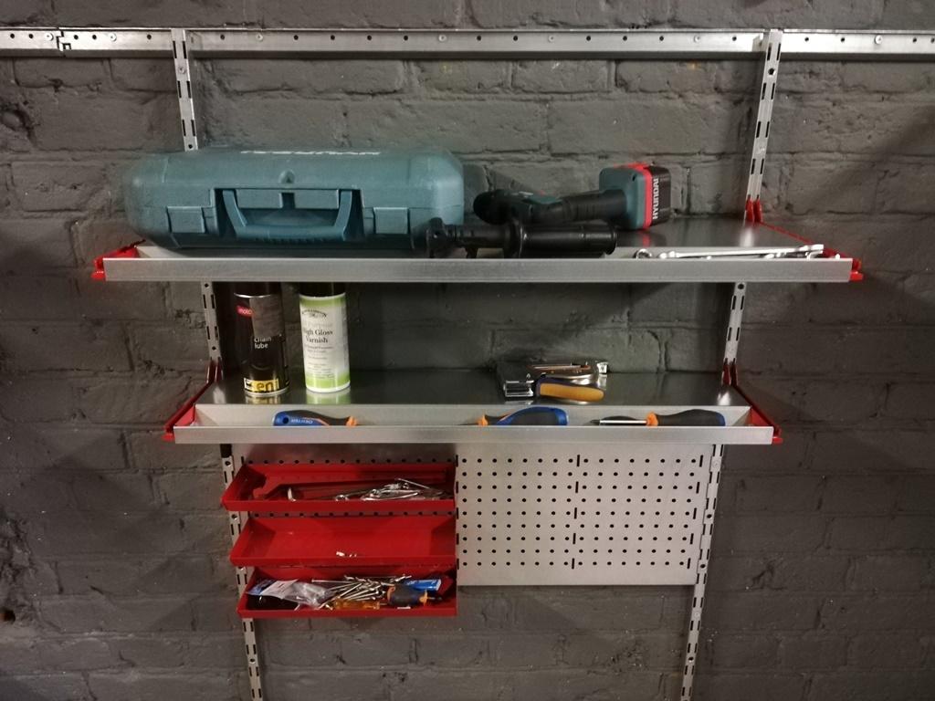 Металлическая полка с лотком для инструментов (система IF). Глубина 200 мм.