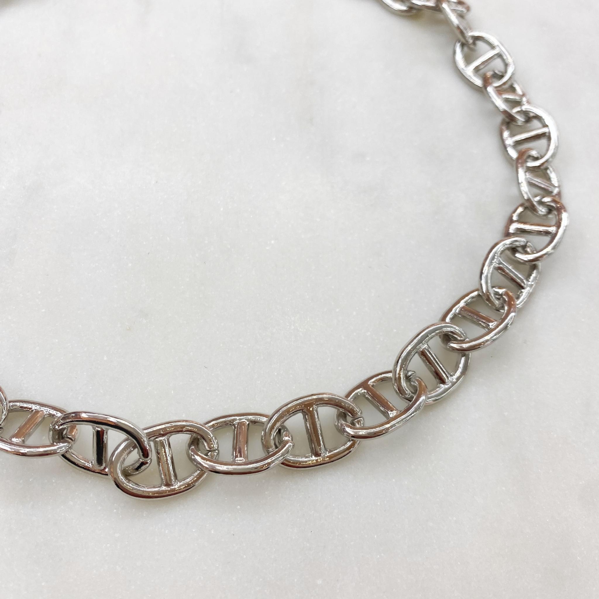 Колье-цепь с звеньями в форме пряжек (серебристый)