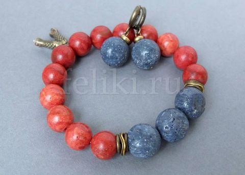 красно-синий браслет из кораллов и серьги_фото