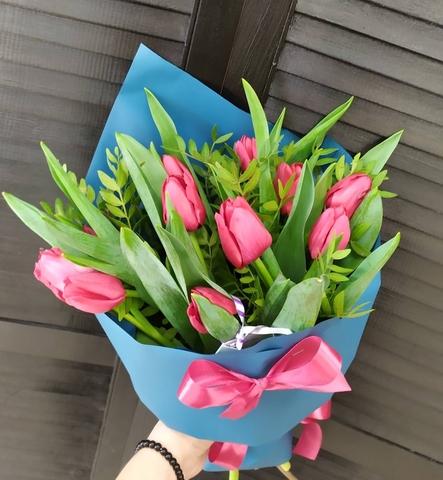 9 тюльпанов в оформлении с зеленью #1726