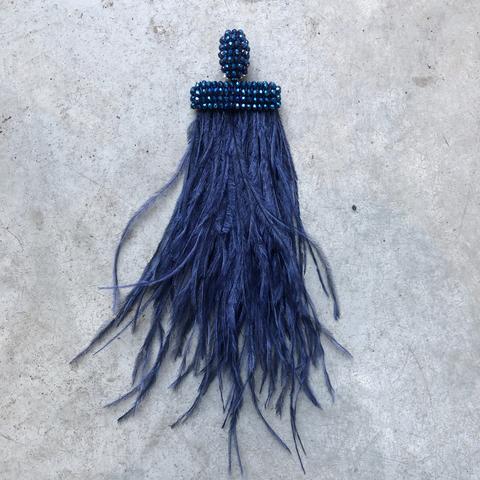 Моносерьга - клипса с синими перьями
