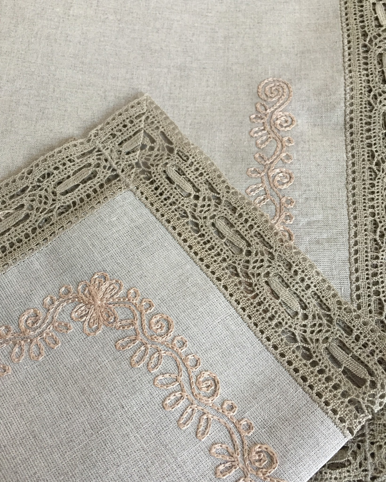 Столовый комплект с кружевом и вышивкой натуральный серый лён