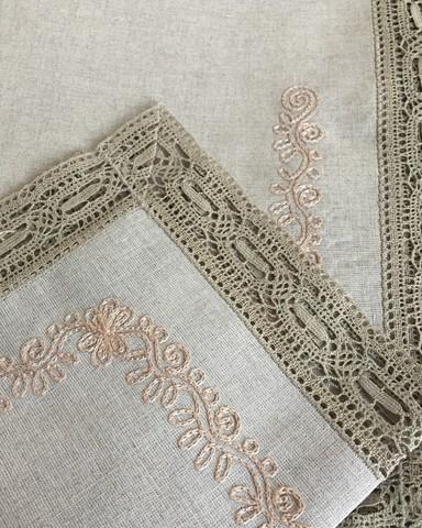 Комплект льняного столового белья с вышивкой и вологодским кружевом натуральный серый