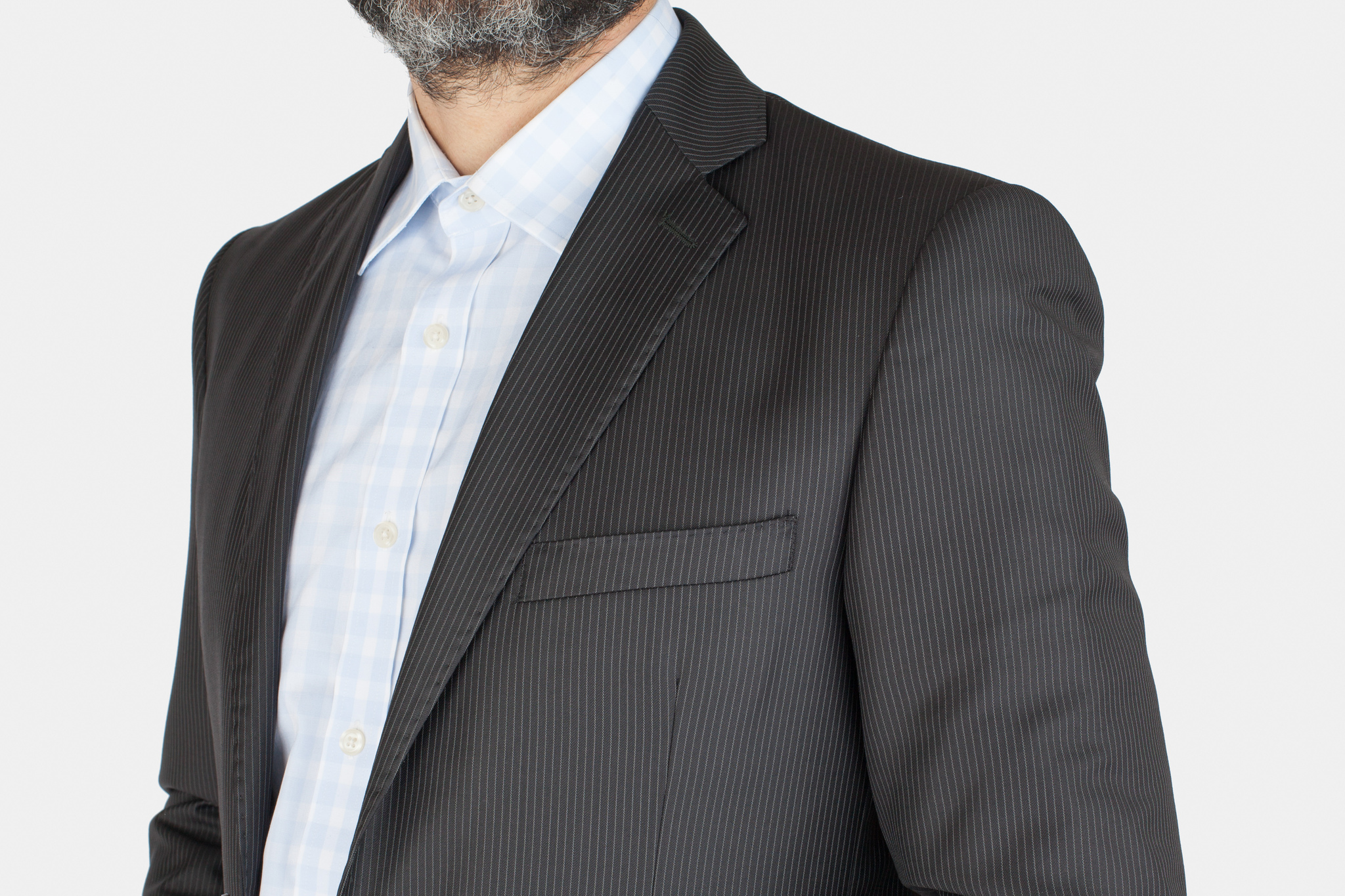 Тёмно-серый костюм в частую тонкую светлую полоску из 100%-ной шерсти, нагрудный карман