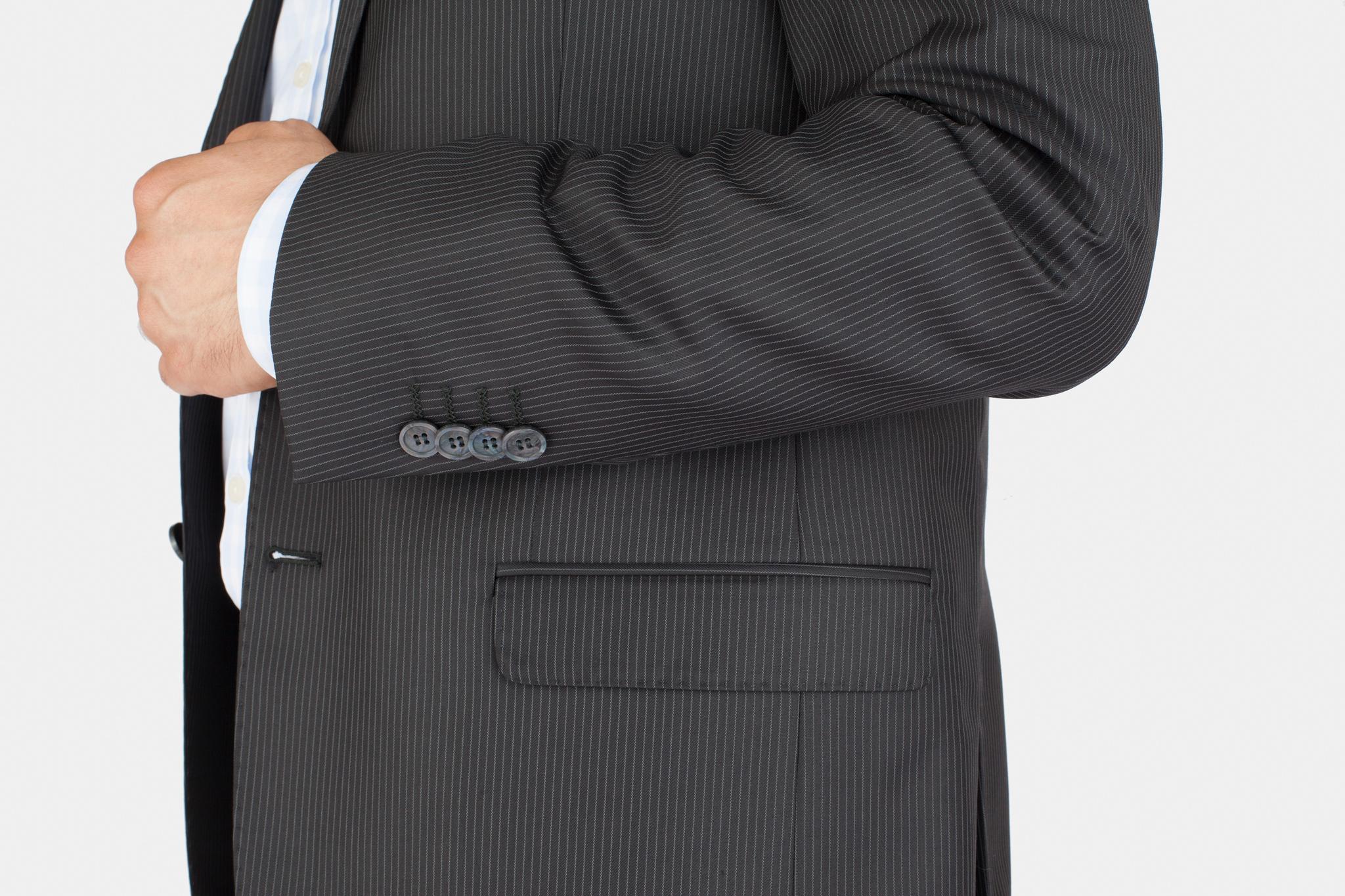 Тёмно-серый костюм в частую тонкую светлую полоску из 100%-ной шерсти, накладной карман
