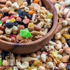 Ореховая смесь с свежими орехами и изюмом