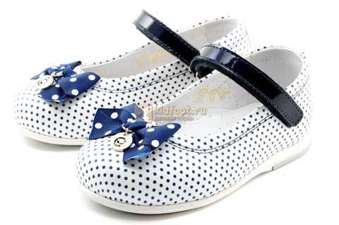 Туфли ELEGAMI (Элегами) из натуральной кожи для девочек, цвет белый в синий горошек. Изображение 6 из 12.