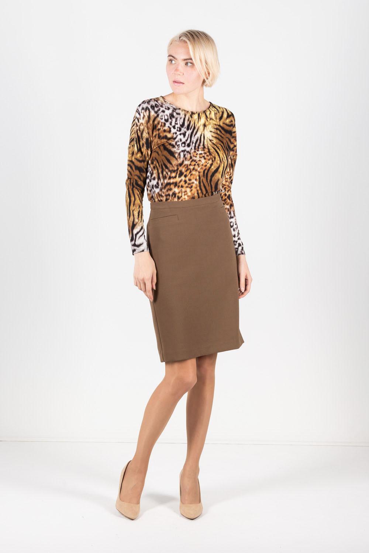 Юбка Б047-155 - Прямая юбка на подкладке.Застежка на молнию и пуговицу, сзади шлица. Плотная эластичная ткань. Модель полностью соответствует офисному дресс-коду.