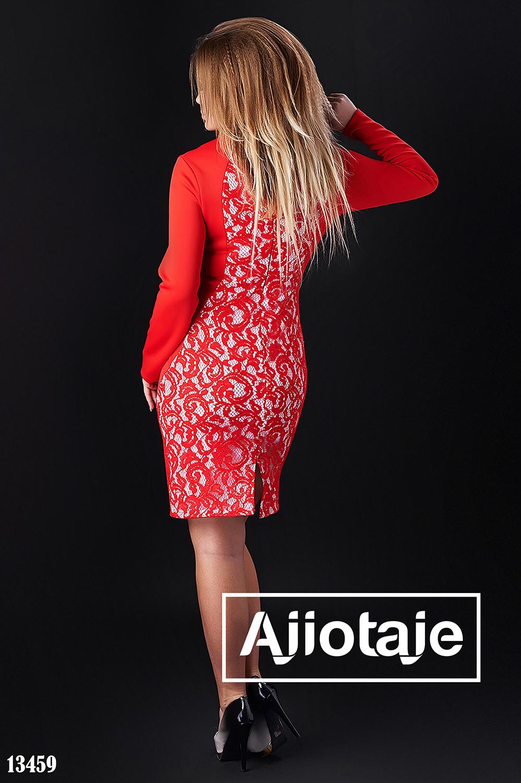 Красное платье с отделкой гипюром