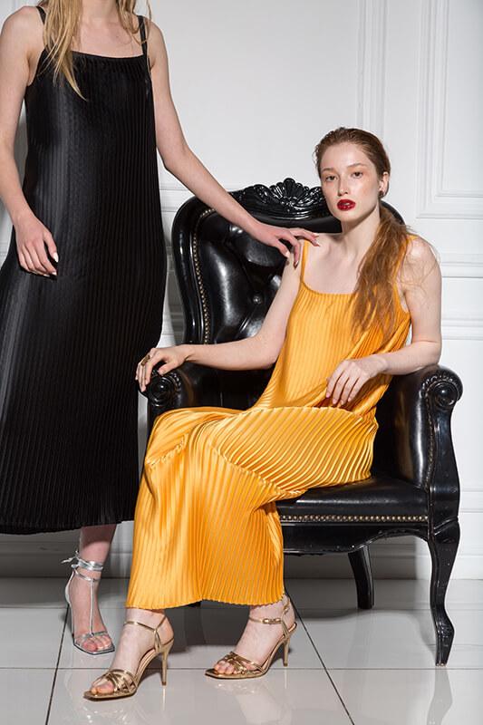 Платье-комбинация с квадратным вырезом на спине, охра гофре