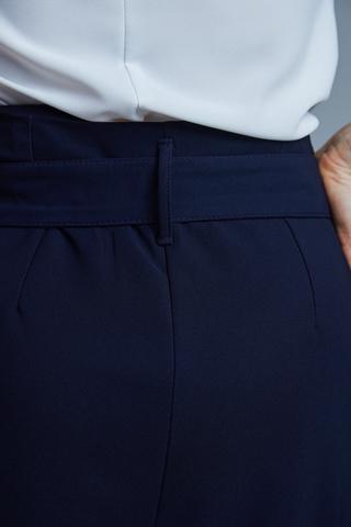 Костюм с широкими синими брюками надя