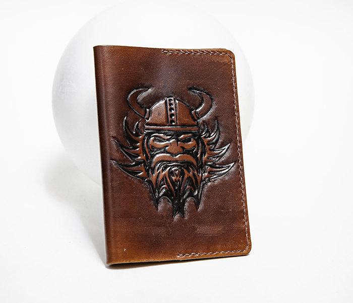 BC227 Обложка на паспорт ручной работы с викингом
