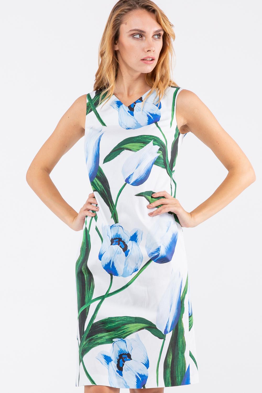 Платье З460а-373 - Очаровательное летнее платье создает ощущение чистоты и воздушности. Белый фон платья украшает крупный принт в виде распускающихся бутонов голубых цветов.Платье полуприлегающего силуэта сдержанной длины до колена без рукавов с умеренным V-образным вырезом застегивается на молнию на спинке. Практичное платье, в котором вам будет комфортно даже в жаркий рабочий летний день в офисе.Ткань платья из натурального хлопка с небольшим добавлением эластана для придания упругости и эластичности.Это летнее платье станет нежным акцентом не только для повседневного или офисного стиля, но и для романтического образа.
