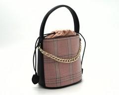 Комбинированная сумка жесткой формы с декоративной цепочкой