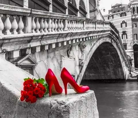 Алмазная Мозаика 40x50 Красные туфли рядом с букетом роз (арт. GA72777)