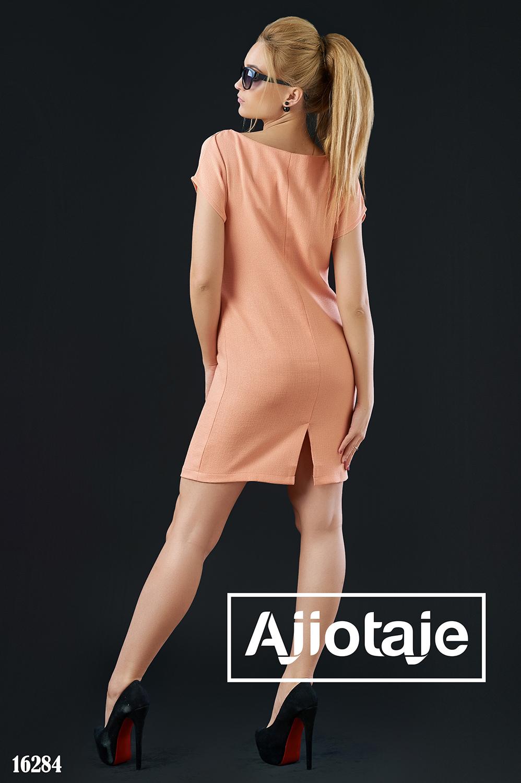 Платье персикового цвета с небольшим разрезом