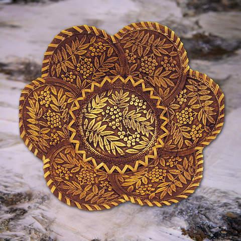 Тарелка с лепестками гроздья рябины