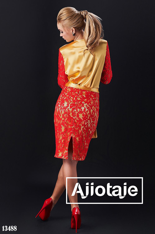 Платье золотого цвета с гипюром красного цвета