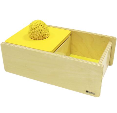 Коробочка с вязаным мячиком и перекидной крышкой