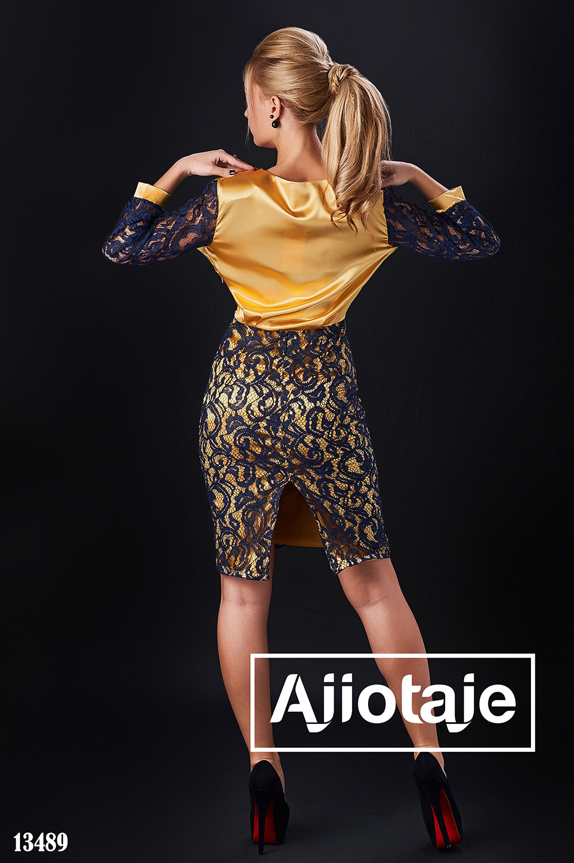 Платье золотого цвета с гипюром темно-синего цвета