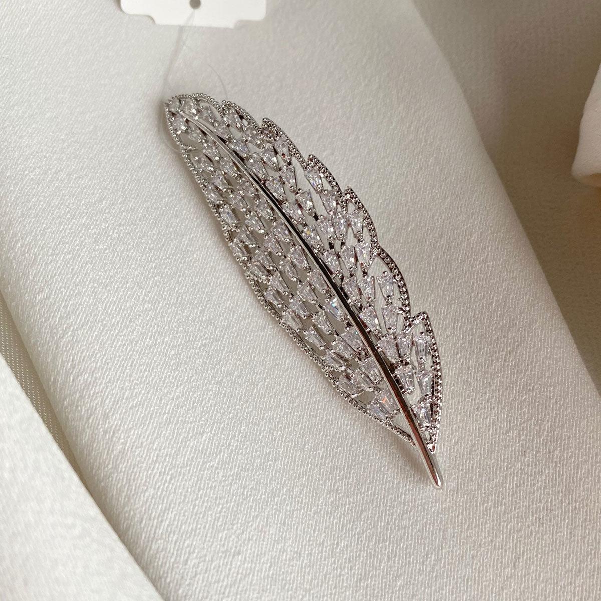 Брошь Циркон Лист с трапецевидными цирконами серебряный