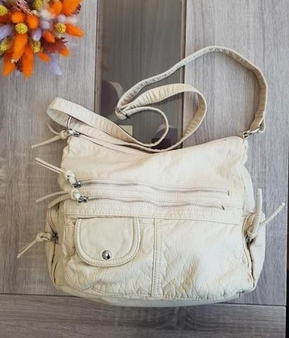 Бежевая сумка мягкой формы с декоративными элементами