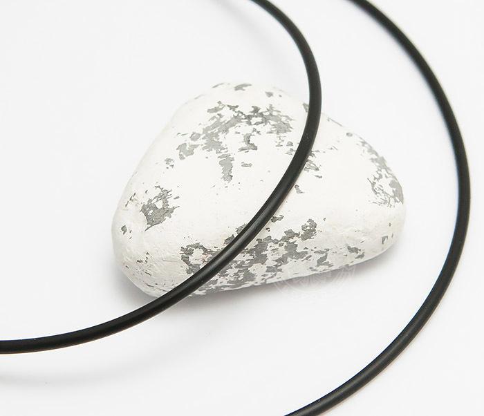 PL282-1 Каучуковый шнур черного цвета со стальной застежкой