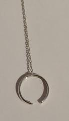 Слейв-браслет из серебра с фианитами.