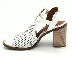Белые босоножки на устойчивом каблуке