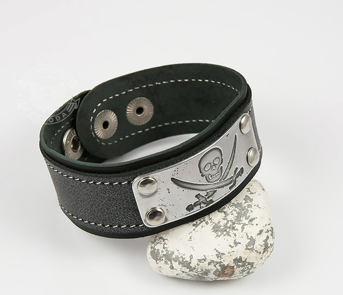 BL453-3 Кожаный браслет с гравировкой Пират из кожи ручной работы