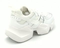 Белые кроссовки на массивной платформе