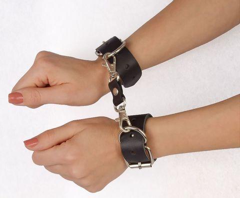 Чёрные наручники  Новичок  на карабинах