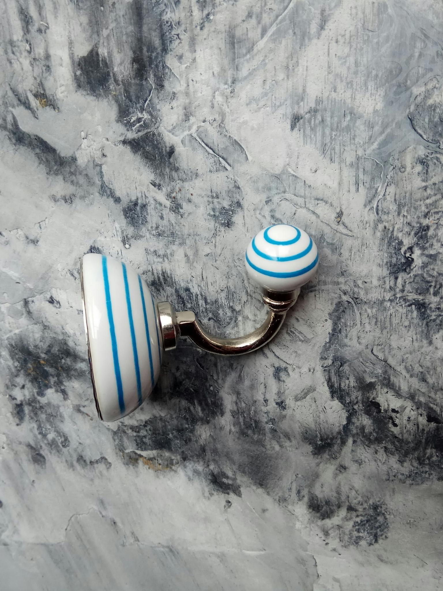 Крючок керамический белый в голубую полоску