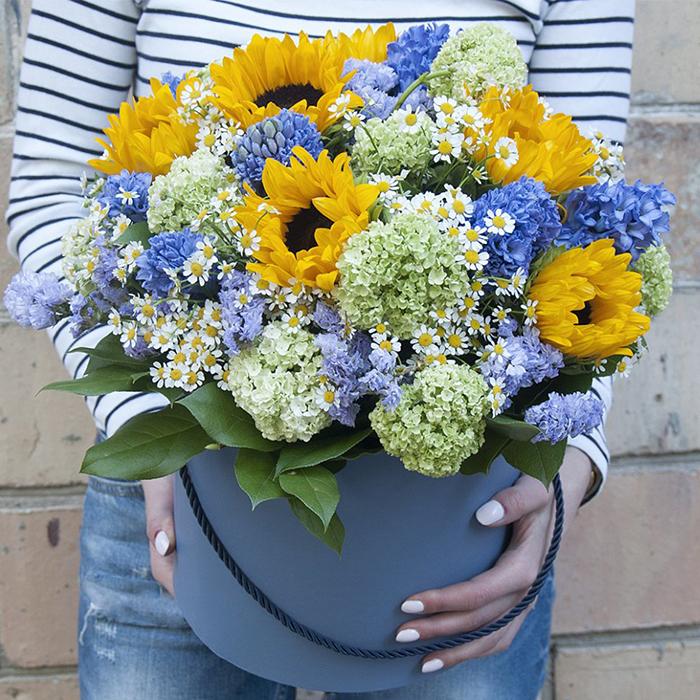 Купить шикарный букет цветов в шляпной коробке в Перми
