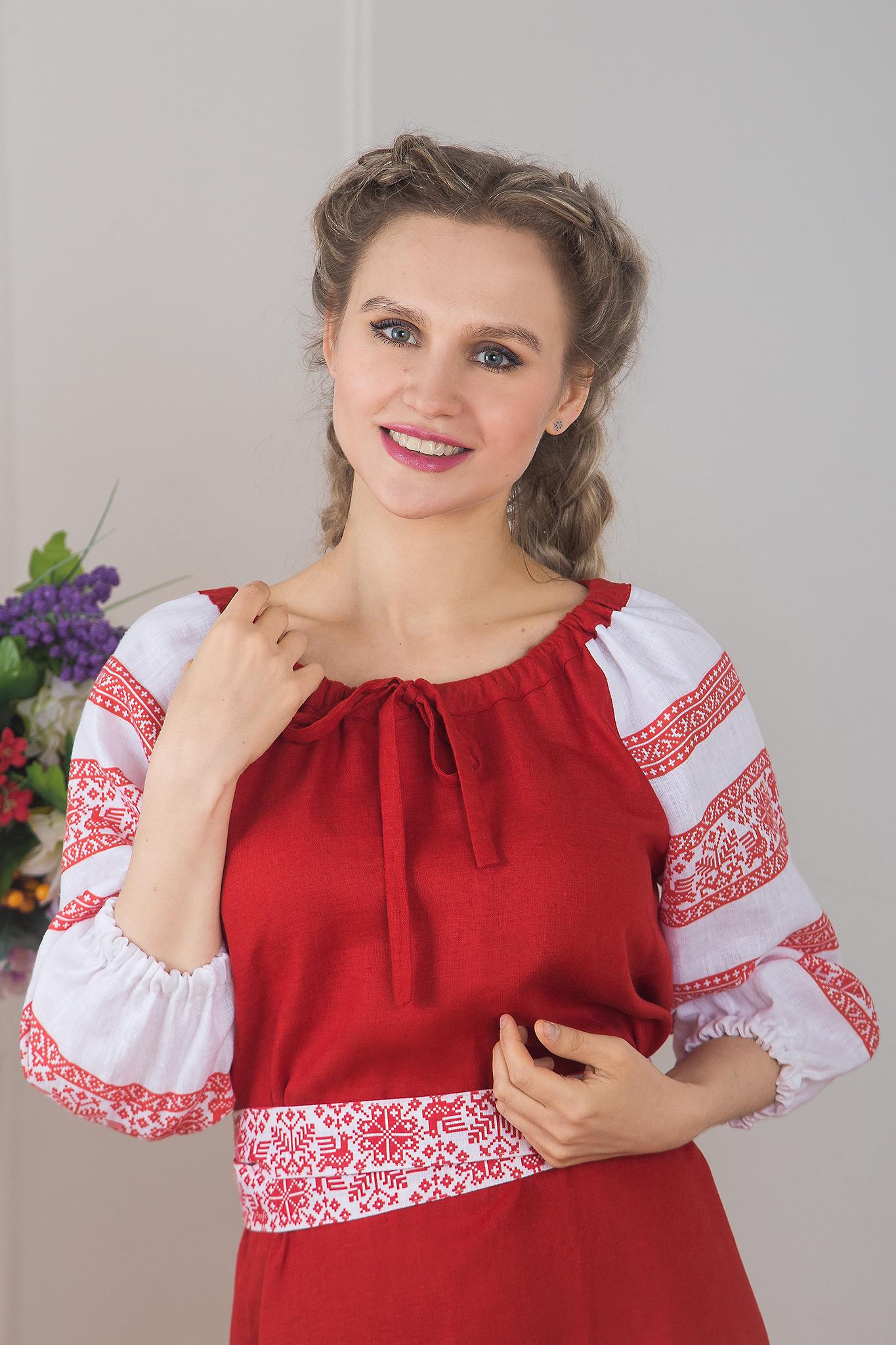 Увеличенный фрагмент русского костюма для народного танца Калина красная