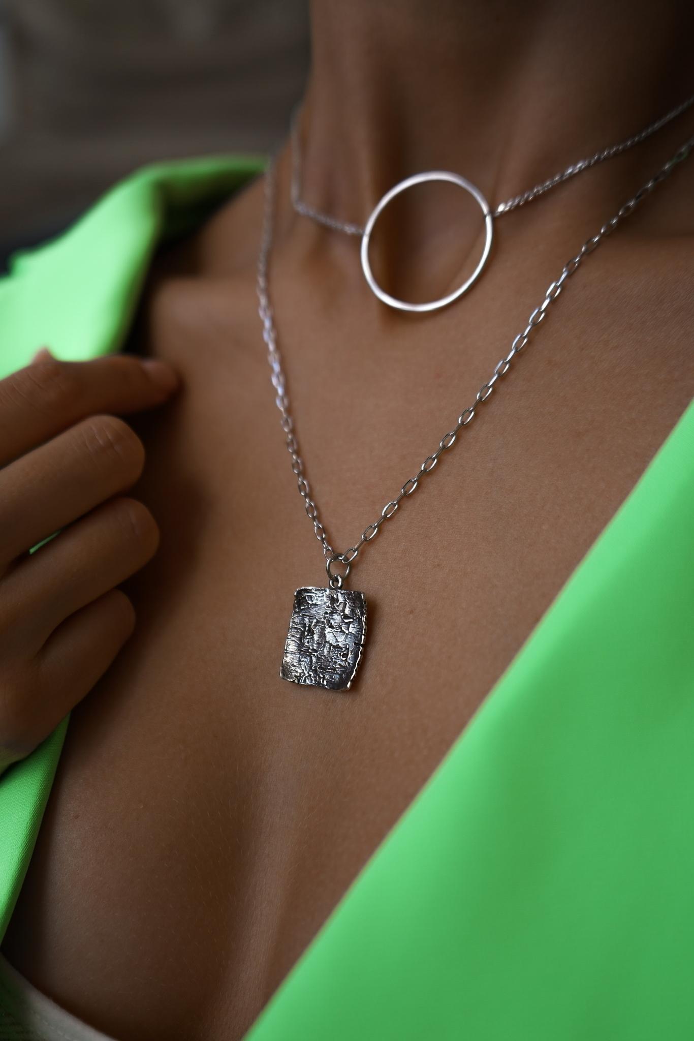 Серебряное колье с медальоном