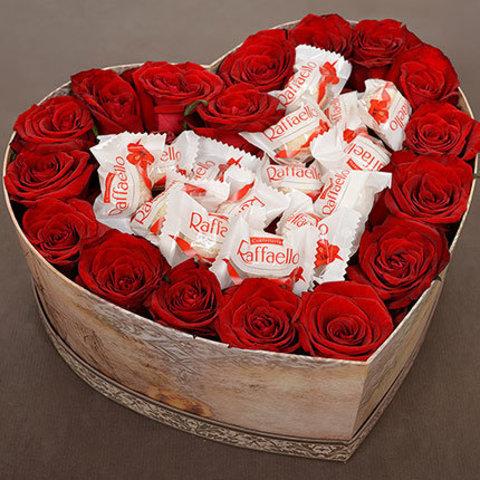 Сердце из красных роз с Рафаэло