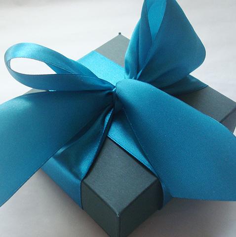 Коробочка подарочная с бантиком 10х10х4 см