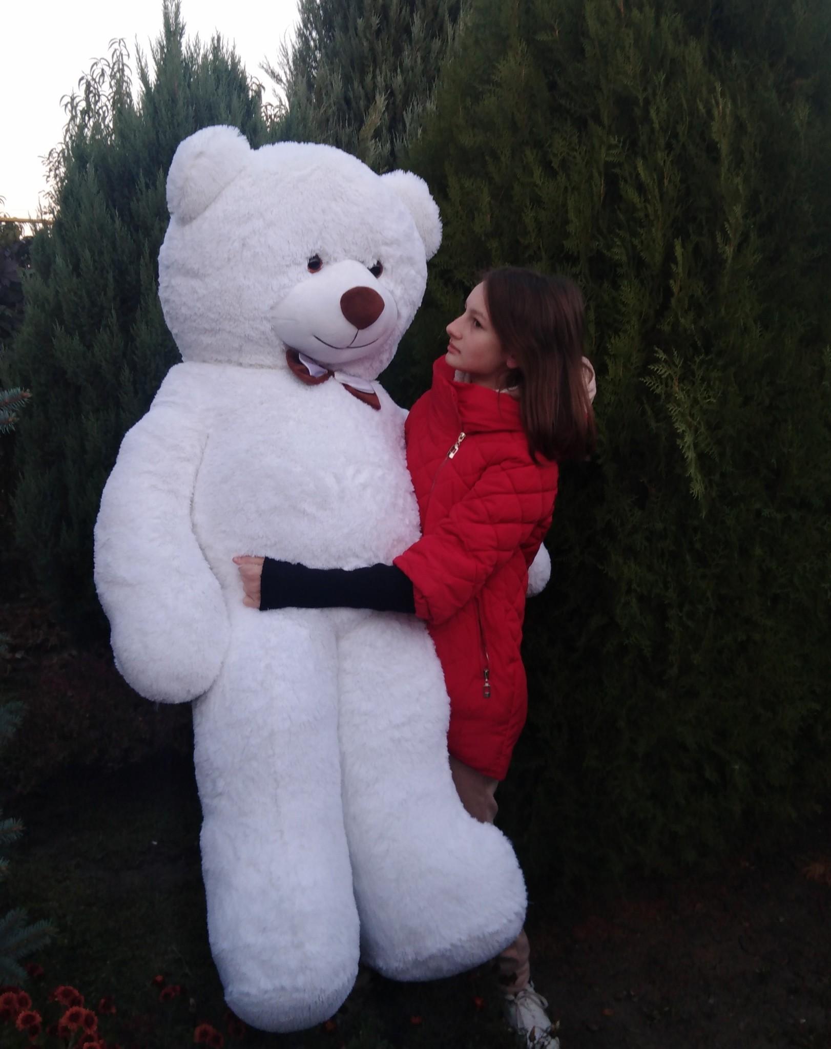 Большой белоснежный плюшевый медведь