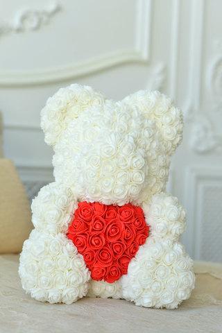 Мишка из Роз Белого цвета с красным Сердцем