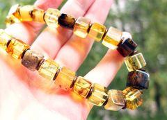 бусы из янтарных кубиков