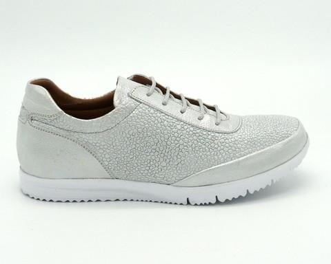 Кроссовки серебряного цвета из натуральной кожи
