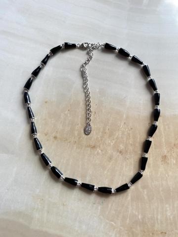 Колье Бонго черное, серебряный цвет