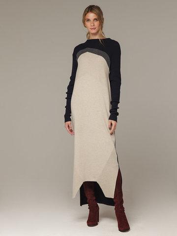 Фактурное платье прямого силуэта с контрастным асимметричным рисунком и воротником-стойкой - фото 1