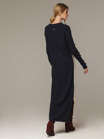 Фактурное платье прямого силуэта с контрастным асимметричным рисунком и воротником-стойкой - фото 2