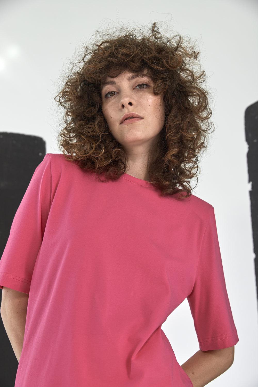 Платье-футболка с подплечниками, фуксия