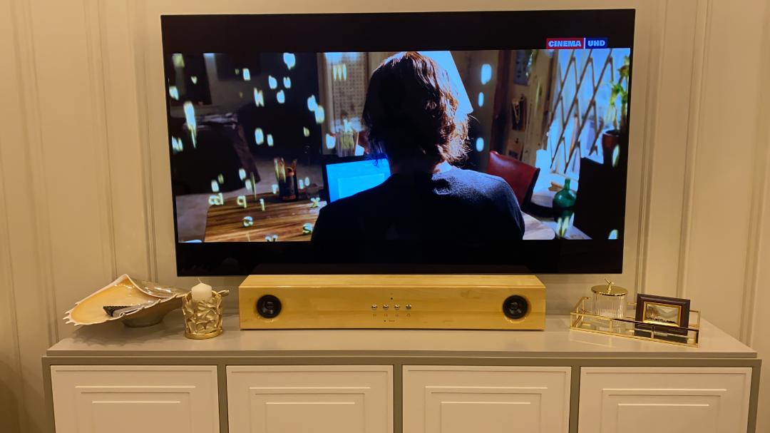 Колонка в интерьере с телевизором